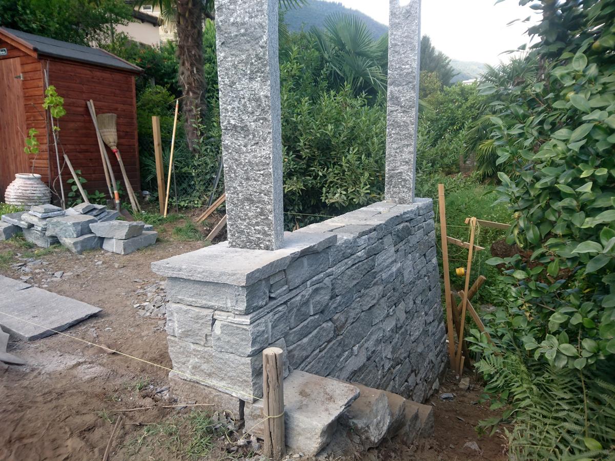 Trockensteinmauer und Pergola